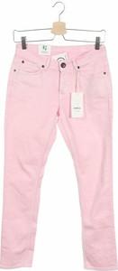 Różowe jeansy Garcia Jeans w street stylu