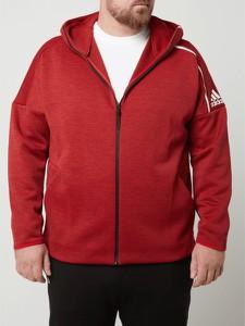 Czerwona bluza Adidas Performance w młodzieżowym stylu