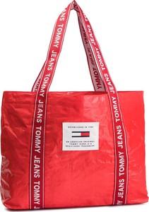 Czerwona torebka Tommy Jeans na ramię w wakacyjnym stylu