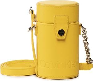 Żółta torebka Calvin Klein na ramię średnia w stylu casual