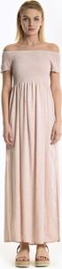 Różowa sukienka Gate z odkrytymi ramionami