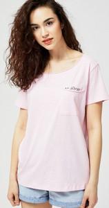 Różowa bluzka Moodo z okrągłym dekoltem w stylu casual