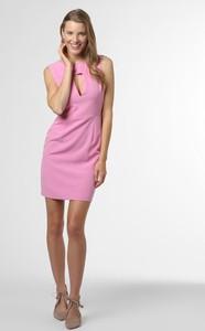 Różowa sukienka Guess mini z dekoltem w kształcie litery v dopasowana