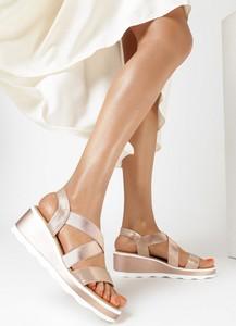 Sandały born2be z klamrami ze skóry na koturnie