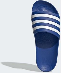 Klapki Adidas w sportowym stylu z płaską podeszwą