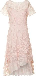 Różowa sukienka Poza z krótkim rękawem midi z okrągłym dekoltem