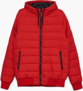 Czerwona kurtka Cropp w młodzieżowym stylu krótka