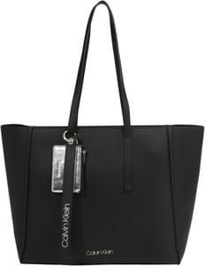 Czarna torebka Calvin Klein z breloczkiem w stylu casual duża