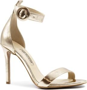 Złote sandały Neścior z klamrami na szpilce ze skóry