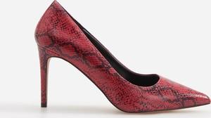Czerwone szpilki Reserved w stylu klasycznym na obcasie ze spiczastym noskiem