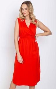 Czerwona sukienka Royalfashion.pl z dekoltem w kształcie litery v