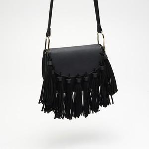 Czarna torebka Cropp z frędzlami na ramię średnia