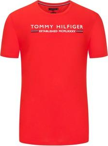 Czerwony t-shirt Tommy Hilfiger w młodzieżowym stylu z bawełny