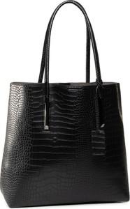 Czarna torebka eobuwie.pl duża na ramię z tłoczeniem