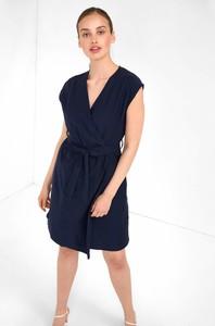 Granatowa sukienka ORSAY z krótkim rękawem kopertowa z dżerseju