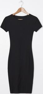 Czarna sukienka House w stylu casual z krótkim rękawem midi