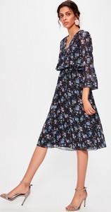 Sukienka Trendyol rozkloszowana z dekoltem w kształcie litery v