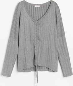 Bluzka Reserved z dekoltem w kształcie litery v z dzianiny w stylu casual