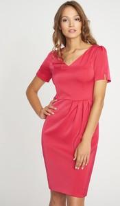 Różowa sukienka QUIOSQUE mini z krótkim rękawem