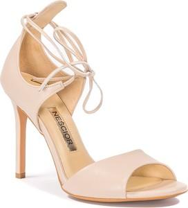 Sandały Nescior na wysokim obcasie w stylu klasycznym sznurowane