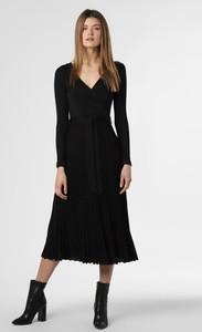 Czarna sukienka S.Oliver Black Label z dekoltem w kształcie litery v w bożonarodzeniowy wzór z długim rękawem