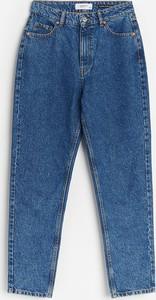 Granatowe jeansy Reserved w street stylu