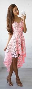 Różowa sukienka Elegrina midi z dekoltem w kształcie litery v