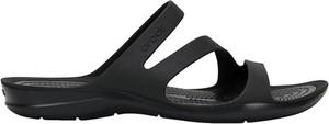Czarne klapki Crocs w stylu casual z płaską podeszwą