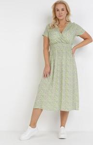 Zielona sukienka born2be z dekoltem w kształcie litery v z krótkim rękawem