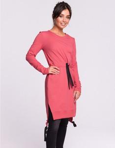 Różowa sukienka Be z długim rękawem z okrągłym dekoltem