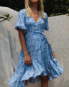Sukienka Kendallme z dekoltem w kształcie litery v trapezowa z krótkim rękawem