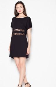 Czarna sukienka Venaton z krótkim rękawem z okrągłym dekoltem mini