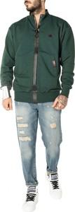 Zielone jeansy ubierzsie.com w street stylu