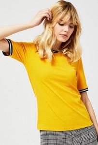 Żółty t-shirt Moodo z okrągłym dekoltem w stylu casual z krótkim rękawem