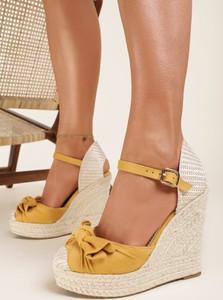 Żółte sandały Renee z klamrami