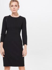 Czarna sukienka Mohito w stylu casual dopasowana z okrągłym dekoltem
