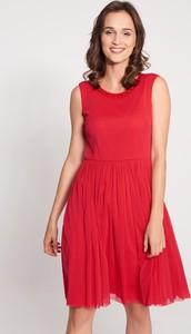 Czerwona sukienka QUIOSQUE bez rękawów rozkloszowana z okrągłym dekoltem