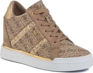 Sneakersy Guess z nadrukiem na platformie