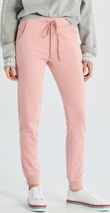 Różowe spodnie sportowe Sinsay w młodzieżowym stylu