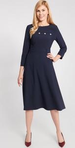 Granatowa sukienka QUIOSQUE midi z długim rękawem
