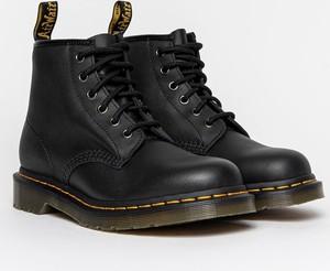 Czarne buty zimowe Dr. Martens w młodzieżowym stylu ze skóry sznurowane