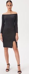 Czarna sukienka Sinsay z odkrytymi ramionami z długim rękawem