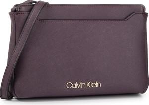 Fioletowa torebka Calvin Klein matowa na ramię średnia