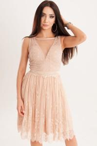 Różowa sukienka Butik Ecru rozkloszowana bez rękawów