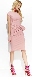 Różowa sukienka Makadamia prosta z okrągłym dekoltem