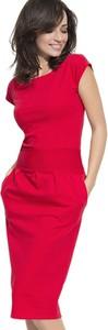 Czerwona sukienka Numinou midi z okrągłym dekoltem