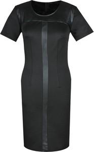 Czarna sukienka Fokus z okrągłym dekoltem dopasowana z krótkim rękawem