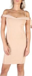 Różowa sukienka Guess z krótkim rękawem mini dopasowana
