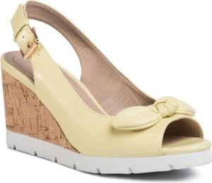 Żółte sandały Clara Barson z klamrami na koturnie na wysokim obcasie