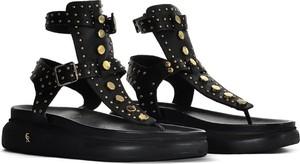 Czarne sandały Carinii z płaską podeszwą w stylu casual z klamrami